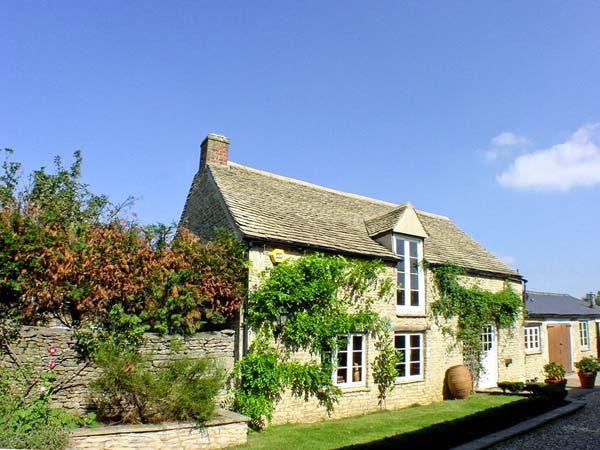 DUTTON HOUSE, detached, open fire, shared use of swimming pool in Witney, Ref 19027 - Image 1 - Witney - rentals