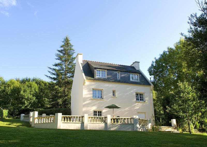 Rear view of the house including patio area - Large House & Garden in Carhaix - 20% off ferries - Carhaix-Plouguer - rentals