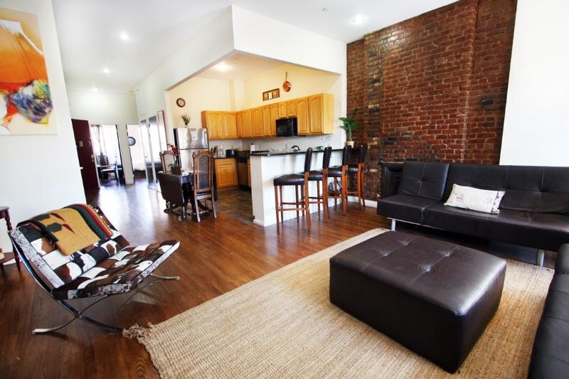 Living Room with Bar Area - AMAZING 2 BEDROOM FLAT IN MANHATTAN - New York City - rentals