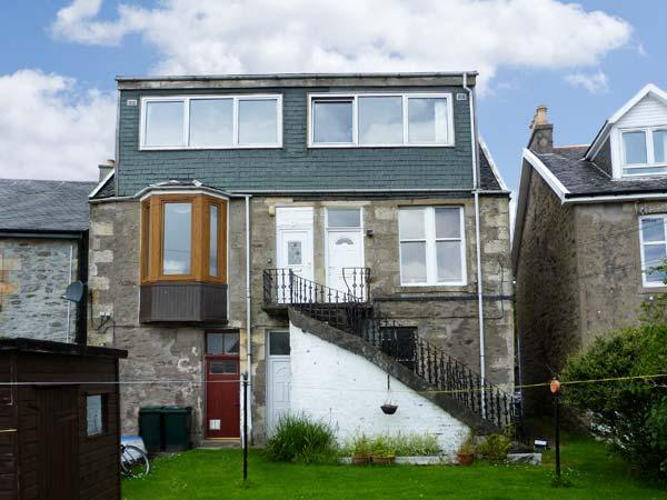 TOP FLAT, open plan living, shared garden, sea views in Tighnabruaich, Ref 18328 - Image 1 - Tighnabruaich - rentals