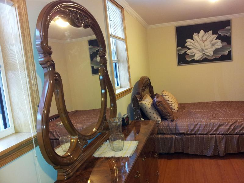 Queen size Italian master bedroom set with private keyed entrance.. - CLEAN, SAFE 2 BDR, Close to Manhattan, Shops, Food - Brooklyn - rentals
