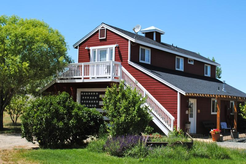 Upstairs guest accommodations. - Beautiful Smith Valley and the Eastern Sierras - Wellington - rentals