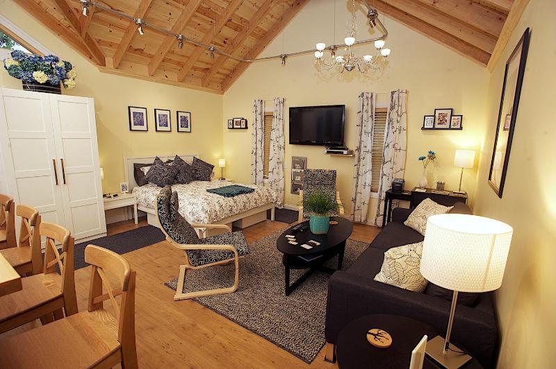 Living area / sleeping area - Trädhuset: Short-term Apartment Rental - Lindsborg - rentals