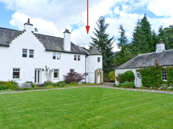 EAST TURRET, first floor apartment, with open fire, off road parking, and shared lawned garden, in Comrie, Ref 18746 - Image 1 - Comrie - rentals