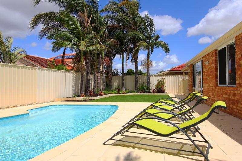 Immaculate Pool & Garden area with Sun Lounges - Adare House - (Air-cond, Pool, Free Wifi & Foxtel) - Perth - rentals