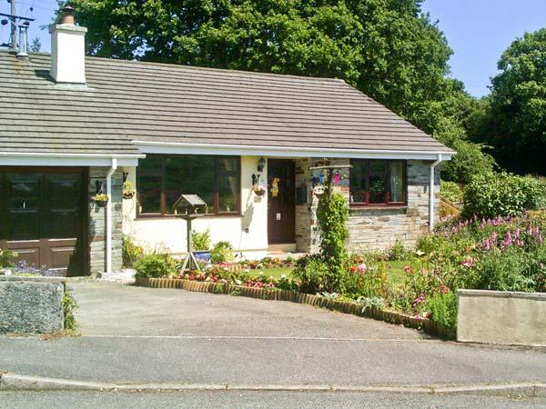 5 WELL MEADOW, pet friendly, large garden, woodburner, in Egloskerry, Ref 21159 - Image 1 - Egloskerry - rentals