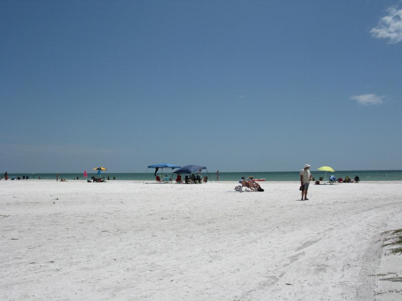 Miles of powder white sand Fort Myers Beach Bay Village 2 BR condo - Beautiful Bay Village Fort Myers Beach - Fort Myers Beach - rentals
