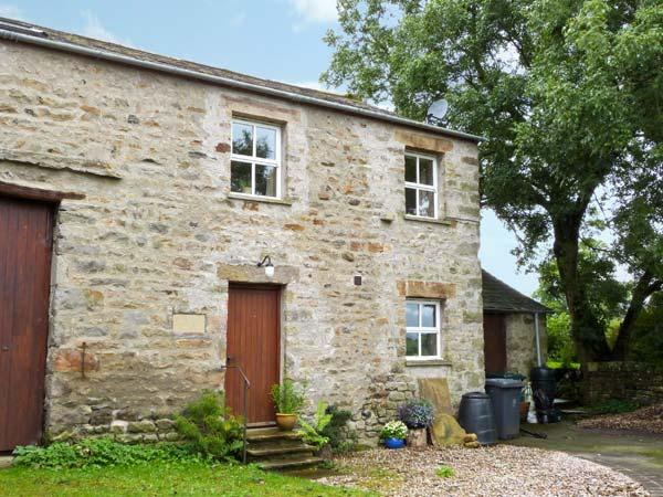 HOWARD'S BARN, first floor accommodation, bedroom with en-suite, romantic retreat, walks from door, in Arkholme, Ref 11898 - Image 1 - Arkholme - rentals