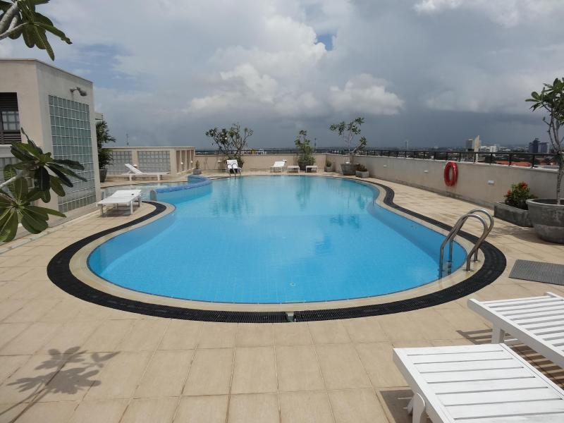 Pool with kids pool located roof top adjacent to - Exclusive apartment  beyond Ward Place - Colombo - rentals