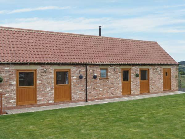 POTTOWE COTTAGE, barn conversion, with woodburning stove, Jacuzzi bath, shared walled garden, in Stokesley, Ref 13981 - Image 1 - Stokesley - rentals