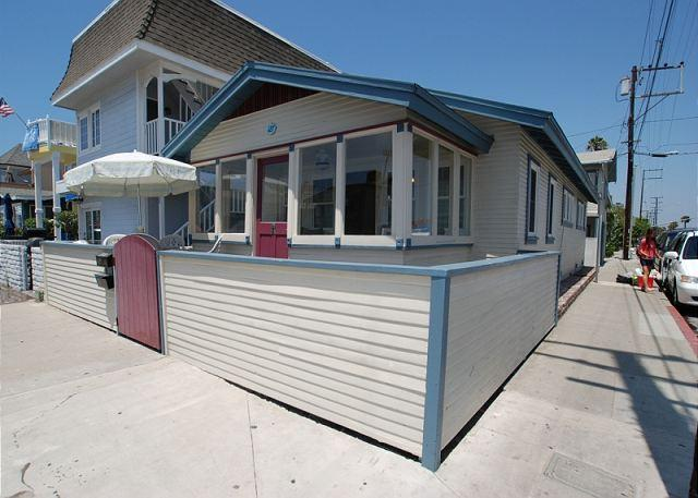 Cute beach cottage on the corner of 30th Street and Balboa Blvd. - Charming 2 Bedroom Newport Beach Bungalow, Close to Beach! (68334) - Newport Beach - rentals
