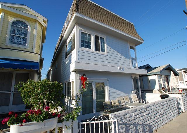 Updated Upper Unit of a Duplex! Rooftop Deck & Close to Newport Pier! (68322) - Image 1 - Newport Beach - rentals