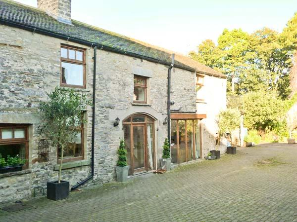 THE COACH HOUSE, near walks, shared garden, private roof terrace, in Middleham, Ref 18757 - Image 1 - Middleham - rentals