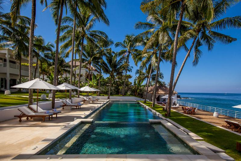 Overview of the pool, house and beach - Luxurious and affordable beachfront villa in Bali - Candidasa - rentals