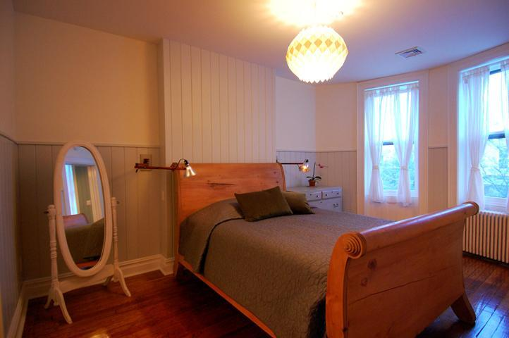 Master Bedroom with Queen Bed - Sunny, Spacious 2.5BR Apt—15 Min. to Downtown - Brooklyn - rentals