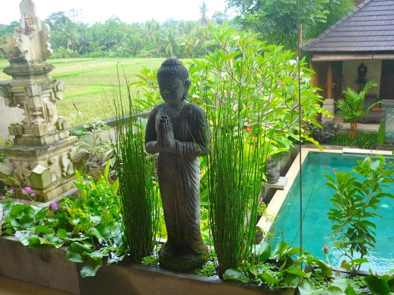 Buddha above the pool - Villa Satori-Luxury 3 BR Villa-10m Stroll to Ubud - Ubud - rentals