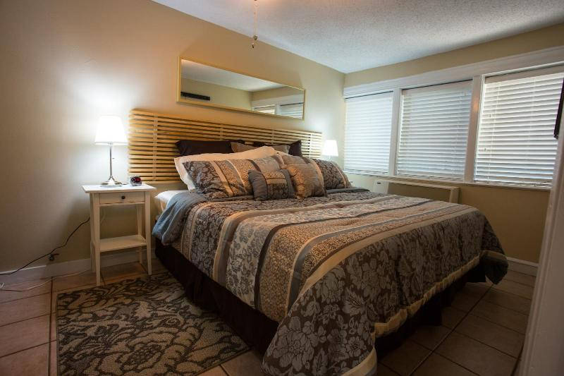 Master bedroom with luxurious king bed - Sweet Home near everything gr8 in Austin! - Austin - rentals