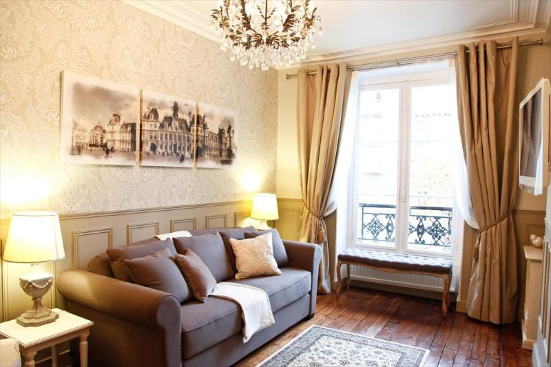 LE TRIOMPHE ELYSEES: Free Wifi , Free Cable TV, Free Long Distance Phone - Champs Elysees LUX & CHARM Wifi* FREE SEINE CRUISE - Paris - rentals
