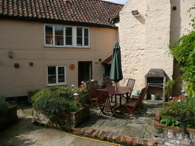 Corner Cottage Barbecue in Secure Walled Garden - Corner Cottage, Snettisham, Norfolk - Snettisham - rentals