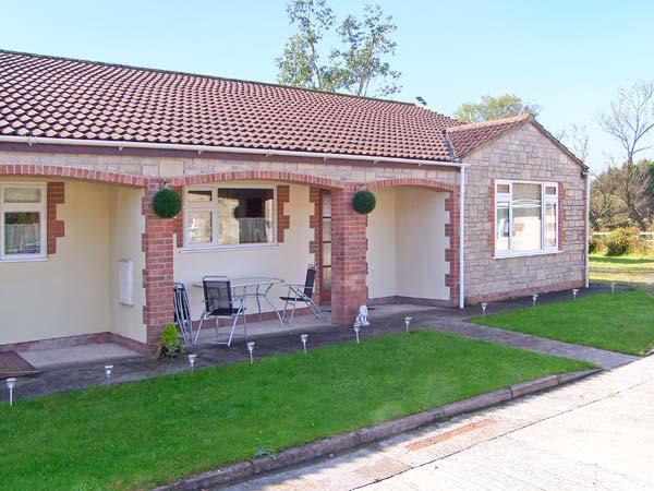 WORCESTER, wheelchair friendly cottage, wet room, off road parking, garden, in Burtle, Ref 19388 - Image 1 - Somerset - rentals