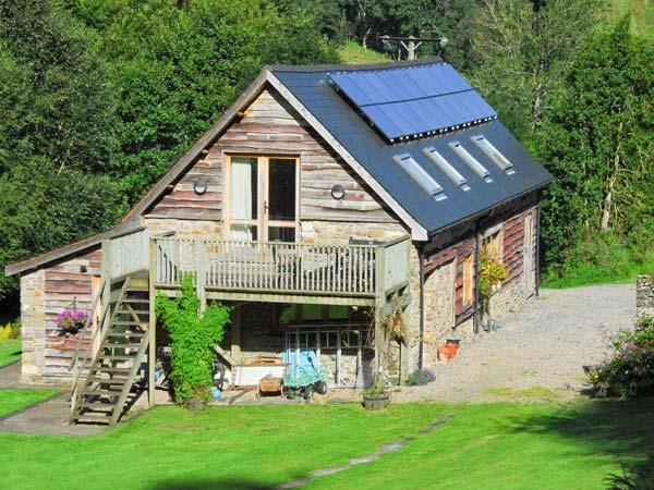 THE BARN, pet-friendly barn conversion, rural setting, balcony, walks, Builth Wells Ref 6377 - Image 1 - Builth Wells - rentals