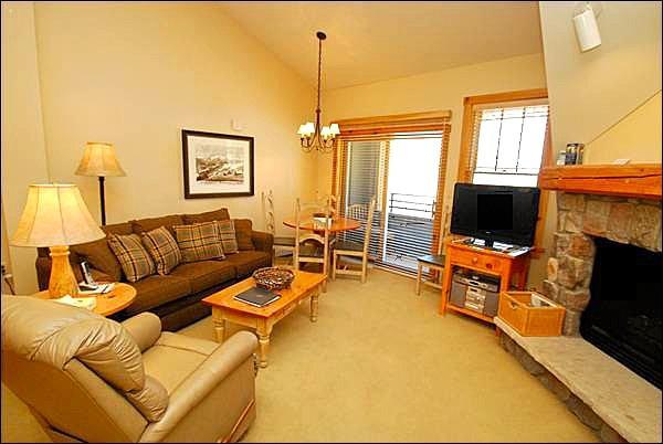 Living Room with Sleeper Sofa - Affordable Studio for a Fun Ski Trip - Comfortable Amenities (7013) - Keystone - rentals