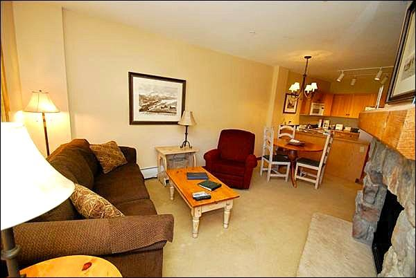 Living Room with Private Deck - Great Location - Close to Shops and Restaurants (7024) - Keystone - rentals
