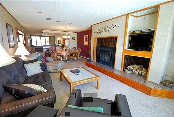 Living Room with Lots of Seating - Forest and Mountain View - Plenty of Space for Guests  (7043) - Keystone - rentals