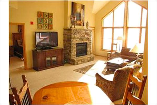 Living Room with Fireplace & Large TV - Mountain Views - On the Shuttle Route (7050) - Keystone - rentals