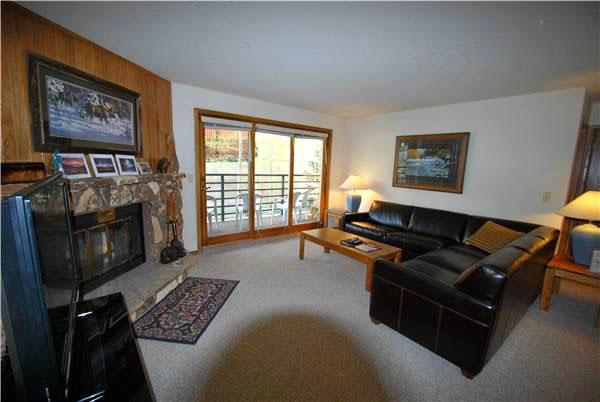 Living Room with Natural Light - Spacious Living Area - Lots of Natural Light (7052) - Keystone - rentals