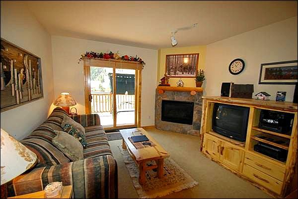 Cozy Living Room with Private Deck - Great Town and Ski Area Views - Close to Shops and Dining (7082) - Keystone - rentals
