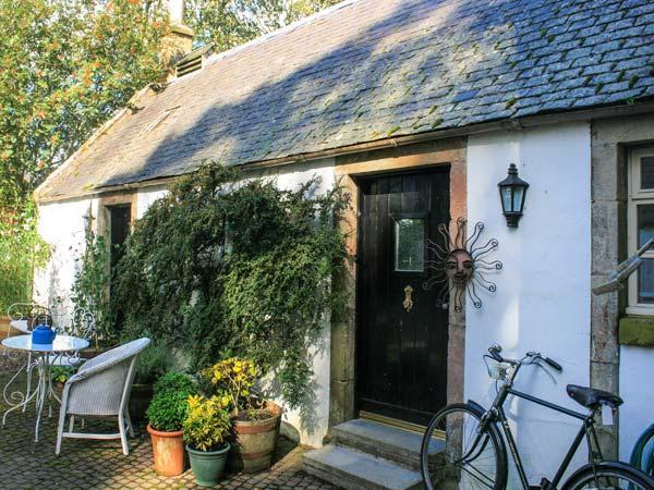 SWEETPEA COTTAGE, single-storey accommodation, woodburner, walled garden, Wiston near Biggar Ref 20493 - Image 1 - Biggar - rentals