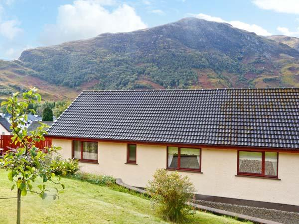 THE STEADING COTTAGE, mountain views, parking, garden, in Fort William, Ref 20420 - Image 1 - Fort William - rentals