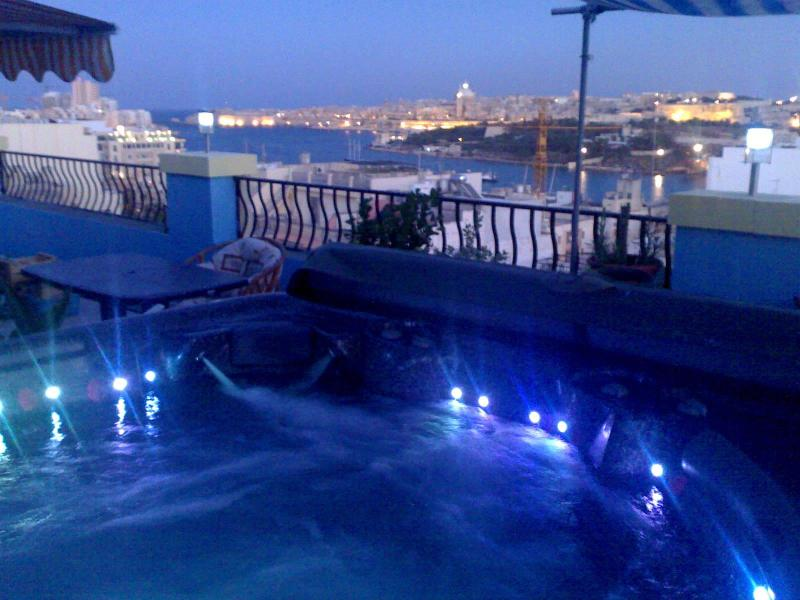 Jacuzzi - Luxury Penthouse with  jacuzzi - Sliema - rentals