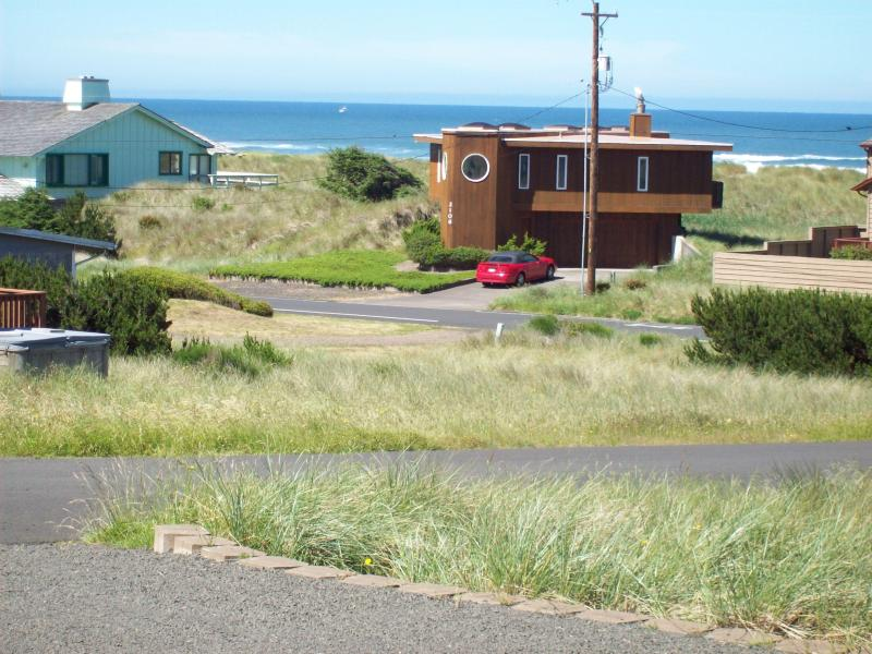 beach access accross the street - Moonstruck Mermaid-ocean view-pet friendly-hot tub - Waldport - rentals
