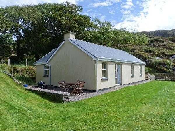 THE BAY, pet friendly, single-storey, open fire, sea view, garden in Caherdaniel Ref 14206 - Image 1 - Caherdaniel - rentals