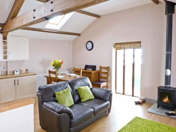 DINNY'S RETREAT, barn conversion, romantic base, woodburner, parking, garden, near Selside, Ref 20804 - Image 1 - Selside - rentals