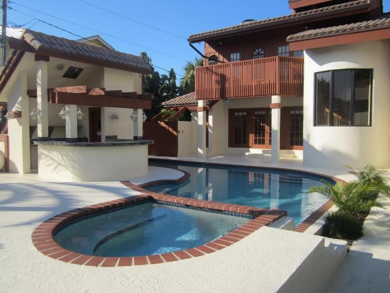 Private Pool, Hot-tub, and Bar - A Stroll to the Beach and Minutes from Nightlife - Fort Lauderdale - rentals