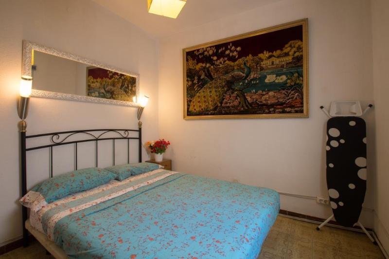 Private Bedroom in Excellent Location - Image 1 - Barcelona - rentals