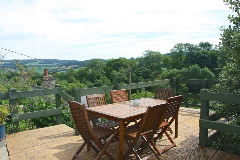 The terrace amongst the trees - Vallon Cottage, Youlgreave, Peak District, 2 bedroomed, 2 bathrooms, beautiful situation - Bakewell - rentals