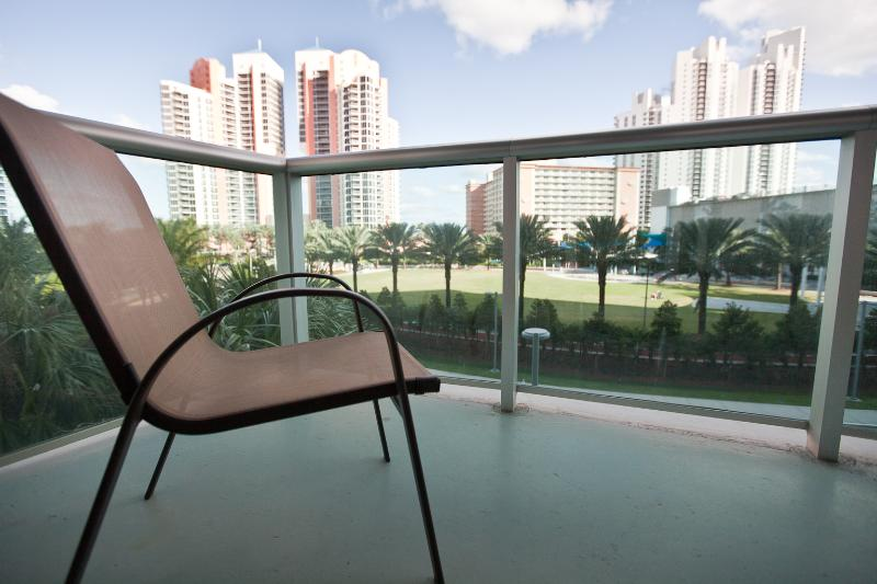 Beautiful Park view from Balcony - 1 BEDROOM WITH POOL & PARKING - STEPS TO BEACH ! - Sunny Isles Beach - rentals