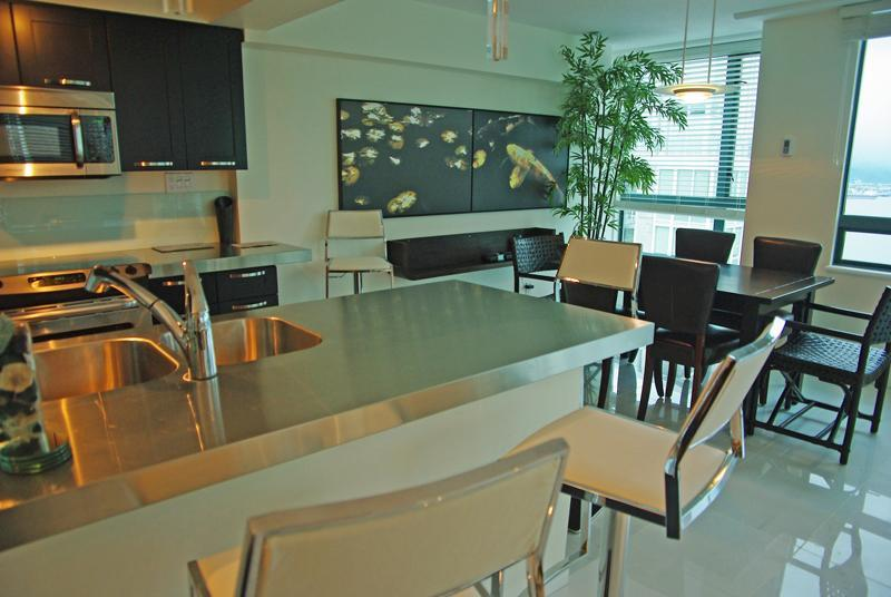 Kitchen and dining room - Large Waterview Condo in Downtown Vancouver - Vancouver - rentals