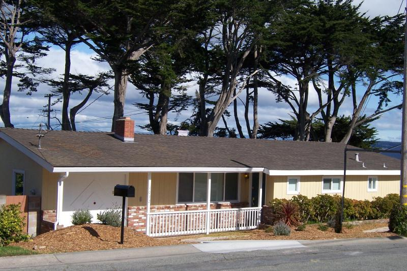 Quiet beach neighborhood one block from the ocean! - A street away from Beach and short walk to Golf; License #0098 - Pacific Grove - rentals
