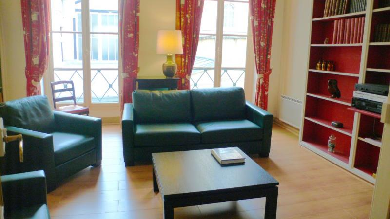 The sitting room (1) opens on the street by two large windows. - 468 One bedroom   Paris Luxembourg district - Paris - rentals