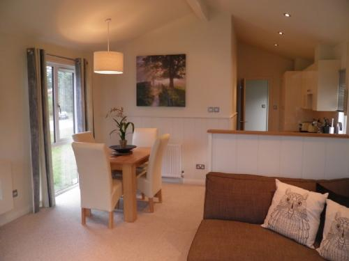 HOLICOMBE LODGE Hillcroft Park, Pooley Bridge, Nr Ullswater - Image 1 - Ullswater - rentals