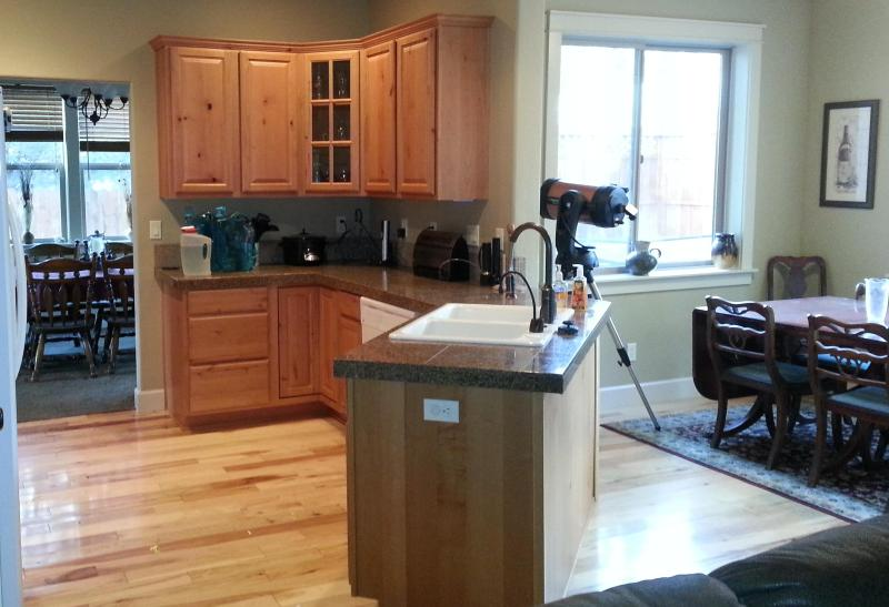 Kitchen and dining area - 2006 spacious home, pet friendly, easement to BLM - Sunriver - rentals