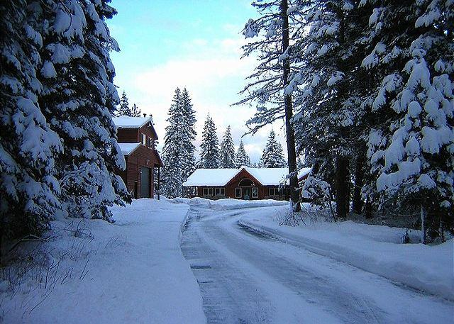 Driveway during the Winter! - Incredible Aspen Lodge!   5 Acres | 7BR | 4.5 BA | Sleeps 24 ! FREE Nights! - Cle Elum - rentals