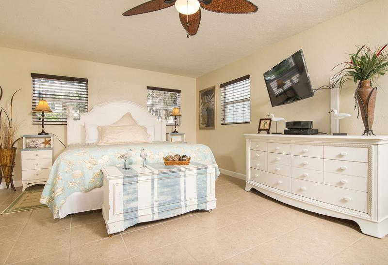 King Bed & HDTV - GulfSideSuite at 30 seconds Walk to the Beach. WOW - Clearwater - rentals