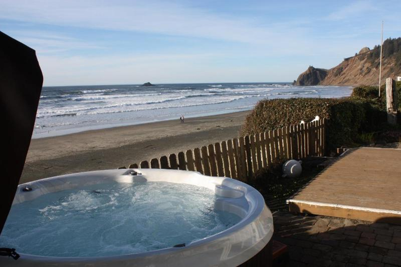 Hot tub - Open 8/28-30 Shoreline Chateau Oceanfront &Hot Tub - Lincoln City - rentals
