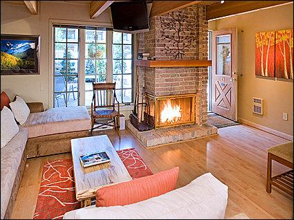 Warmly decorated family room with wood burning fireplace - Aspen Condo - Blocks from Gondola (2614) - Aspen - rentals